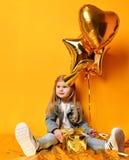 Trzy roku dziewczyna berbecia dzieciaka z złoto teraźniejszość szybko się zwiększać i urodzinowa nakrętki odświętność Zdjęcie Stock