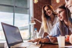 Trzy rozochoconego żeńskiego studenta collegu surfuje internet używać laptop wpólnie szuka informację Zdjęcia Royalty Free