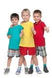 Trzy rozochoconej chłopiec trzymają jego aprobaty fotografia stock