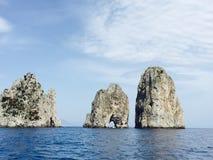 Trzy sławny Faraglioni z nawadniają Capri zdjęcia stock