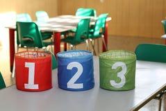 Trzy słoju z dużymi liczbami jeden dwa trzy w sala lekcyjnej sc Obrazy Stock