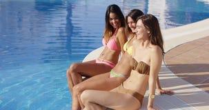 Trzy seksownej młodej dziewczyny relaksuje poolside zdjęcie wideo