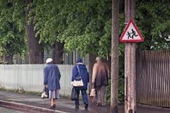 Trzy seniora Chodzi Z powrotem Od sklepów Fotografia Royalty Free