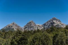 Trzy siostry, góry w Nahuel Huapi parku narodowym przy Argentyna graniczą zdjęcia stock