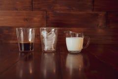 Trzy składnika dla kawy z lodem rozprzestrzeniają out nad filiżankami Obraz Stock