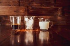 Trzy składnika dla kawy z lodem rozprzestrzeniają out nad filiżankami Obrazy Royalty Free