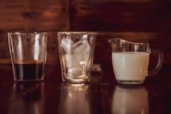 Trzy składnika dla kawy z lodem rozprzestrzeniają out nad filiżankami Zdjęcie Royalty Free