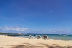 Trzy sk?adaj? pla?owego krzes?a na pla?y z dennym i jaskrawym niebem w tle przy Koh Mak w Trata, Tajlandia Sezonowy wakacje fotografia royalty free