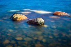 Trzy skały w uspokajają wodę Obrazy Royalty Free