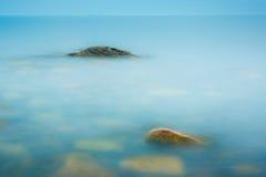 Trzy skały w wciąż wodnym Zdjęcia Royalty Free