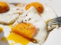 Trzy smażyli jajka dla śniadania na białym talerzu, jeden są cu Zdjęcie Royalty Free