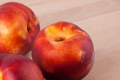 Trzy smakowitej świeżej dojrzałej soczystej nektaryny Obraz Stock