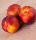 Trzy smakowitej świeżej dojrzałej soczystej nektaryny Obraz Royalty Free