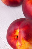 Trzy smakowitej świeżej dojrzałej soczystej nektaryny Fotografia Stock