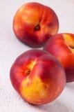 Trzy smakowitej świeżej dojrzałej soczystej nektaryny Obrazy Royalty Free