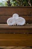 Trzy Staczający się Towles na ławki Vertical Zdjęcie Royalty Free