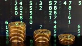 Trzy stosu bitcoins z rozmienionymi liczbami w tło zbiory wideo