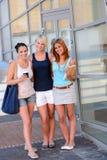 Trzy studenckiego dziewczyna przyjaciela na zewnątrz szkoły wyższa ono uśmiecha się Obraz Royalty Free