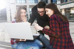 Trzy szczęśliwego uśmiechniętego szkoła średnia nastolatka ucznia z laptopem a obrazy stock