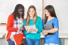 Trzy szczęśliwego ucznia zdjęcie stock