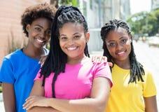 Trzy szczęśliwej amerykanin afrykańskiego pochodzenia dziewczyny w mieście Zdjęcie Royalty Free
