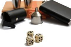 Trzy sześcianu przed małymi rzemiennymi modnymi kolby i metalu kubkami przy pomarańczowym giftbox fotografia royalty free