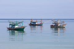 Trzy Tajlandzkiej łodzi rybackiej w morzu Wyspy Koh Phangan, Tajlandia Zdjęcie Stock