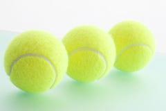 Trzy Tenisowej piłki z rzędu, zakończenie Fotografia Stock
