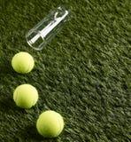 Trzy Tenisowej piłki na trawie Zdjęcia Royalty Free