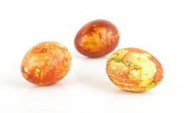Trzy tradycyjnego malującego Wielkanocnego jajka na jaskrawym tle Fotografia Stock