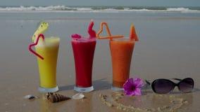 Trzy tropikalnego koktajlu morzem 4K zdjęcie wideo