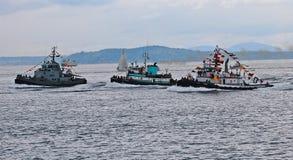 Trzy tugboats ścigać się Zdjęcia Stock