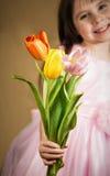 Trzy tulipanu w children rękach Zdjęcia Royalty Free