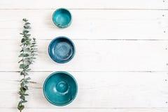 Trzy turkusu pustego ceramicznego talerza Mieszkanie nieatutowy obraz stock