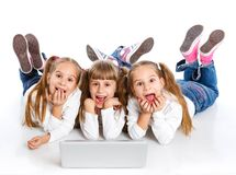 Trzy używać laptop atrakcyjna dziewczyna zdjęcia stock