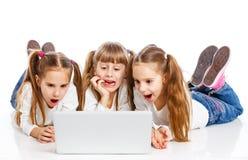 Trzy używać laptop atrakcyjna dziewczyna zdjęcia royalty free