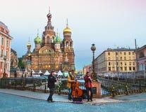 Trzy ulicznego muzyka bawić się muzykę przed wybawicielem na krwi Rosja, Petersburg, Czerwiec 2017 Fotografia Royalty Free