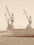 Trzy żurawia w porcie Hamburg w rocznika spojrzeniu Zdjęcia Stock