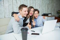 Trzy urzędników uczni sukcesu osiągnięcia wysokości cel fotografia stock
