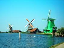 Trzy wiatraczka w holendera krajobrazie Zdjęcia Royalty Free