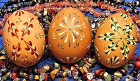 Trzy Wielkanocnego jajka na kamieniach Zdjęcia Royalty Free