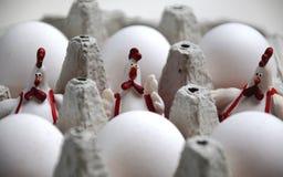 Trzy Wielkanocnego koguta i surowych jajka obrazy royalty free