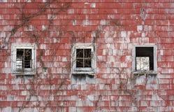 Trzy Windows w Starej Czerwonej stajni Zdjęcia Stock