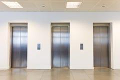 Trzy windy w budynku biurowym Obrazy Stock