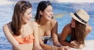 Trzy wspaniałej życzliwej młodej kobiety w bikini zbiory