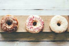 Trzy wyśmienicie oszklonego kremowego donuts obraz royalty free
