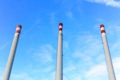 Trzy wysokiego białego i czerwonych kominu Obraz Stock