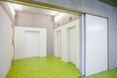 Trzy zamknięta winda w sala Zdjęcia Stock