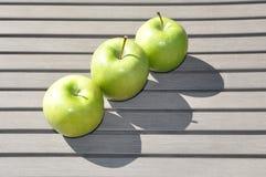 Trzy zielonego jabłka obraz stock