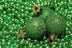Trzy zielonej boże narodzenie piłki obraz royalty free